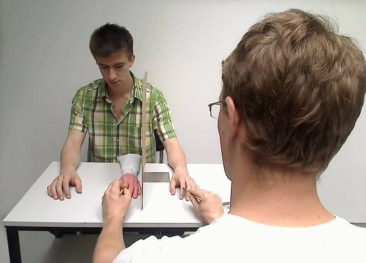 iluzja-gumowej-reki