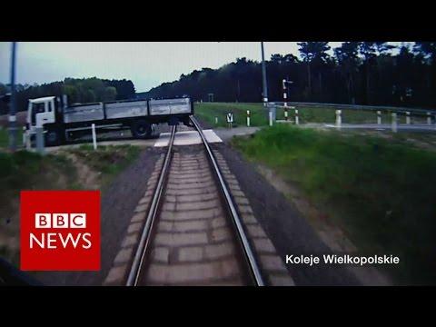 Kilka sekund przed kolizją pociągu z ciężarówką, maszynista ostrzega ludzi przed wypadkiem
