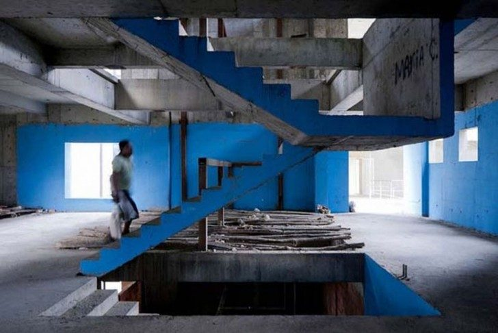 the-worlds-tallest-slum-abandoned-office-tower-in-caracas-99593-954x637