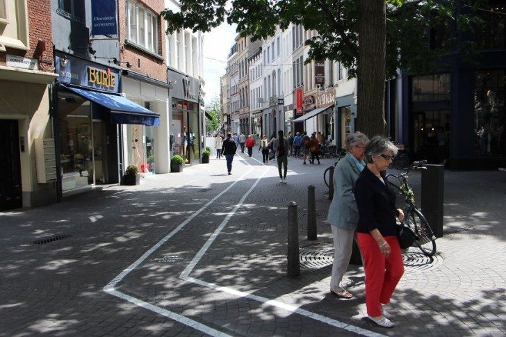 belgium-has-it-is-own-text-walking-lanes-for-phone-addicts-70839