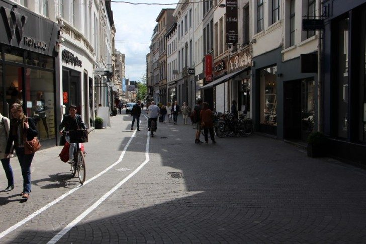 belgium-has-it-is-own-text-walking-lanes-for-phone-addicts-90481