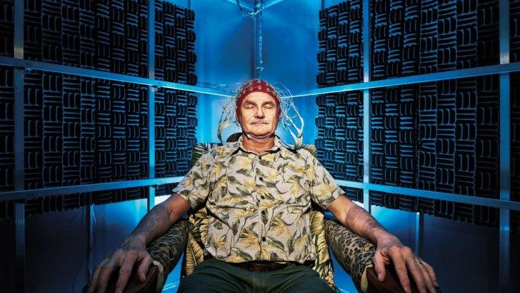 Joe Kirschvink w czapce z czujnikami EEG.