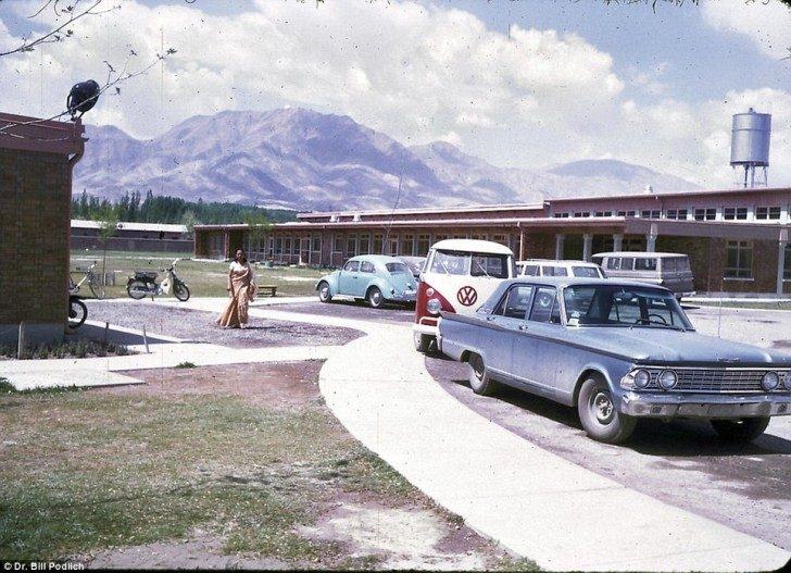 Parking przed szkołą, do której uczęszczały Jan i Peg. Autobus służył do rozwożenia studentek po zajęciach do domu.