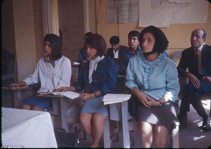 Lekcje w American International School of Kabul, gdzie Peg i Jan uczęszczały na lekcje.