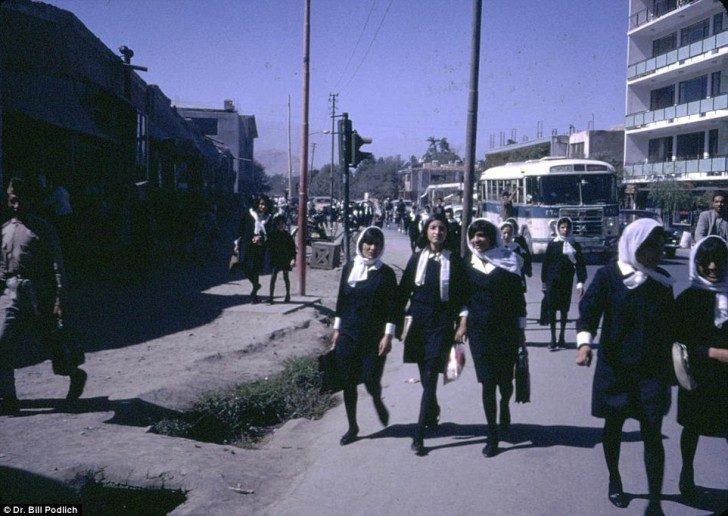 Na zdjęciu afgańskie dziewczęta wracają do domu ze szkoły. Dziewczęta jak i chłopcy kształcili się do poziomu liceum i chociaż obie płcie nosiły mundurki, dziewczynkom nie wolno było nosić burki w drodze do szkoły średniej. Zdolne młode kobiety mogły dalej kształcić się na studiach podobnie jak mężczyźni.