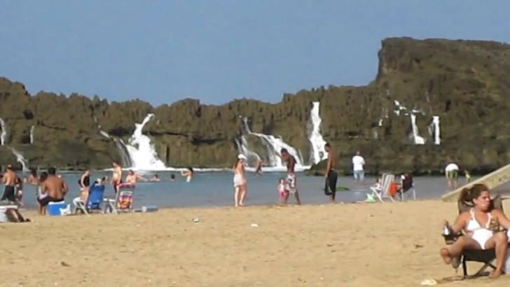 Plaża z niezwykłym widowiskiem w wykonaniu fal