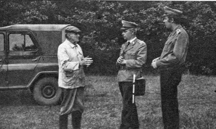 """Jan Wolski przesłuchiwany przez milicjantów w maju 1978 roku [fot. za: """"W Służbie Narodu"""", 30 lipca 1978]"""