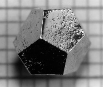 Kwazikryształ Ho-Mg-Zn w postaci dwunastościanu. Źródło: deltami.edu.pl