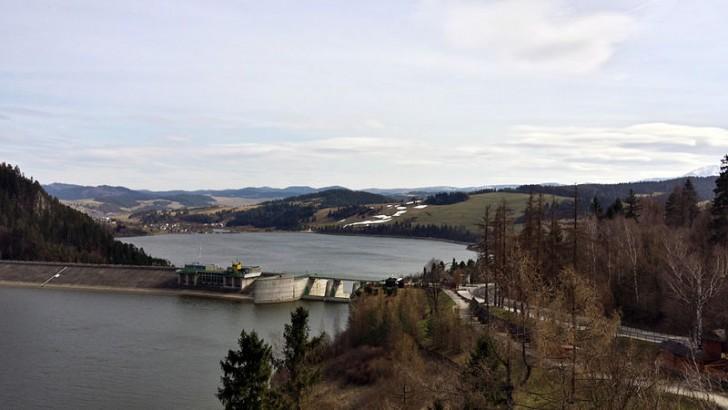 Widok z zamku w Niedzicy na Jezioro Czorsztyńskie. Zdjęcie: LoMit/wikipedia