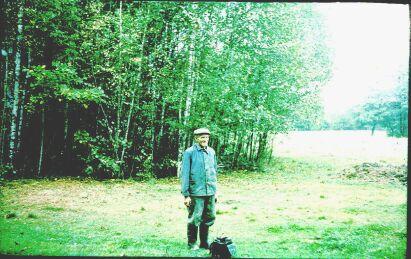 Jan Wolski w miejscu, gdzie było UFO.