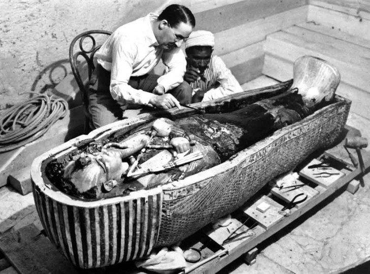 Howard Carter nad sarkofagiem faraona.
