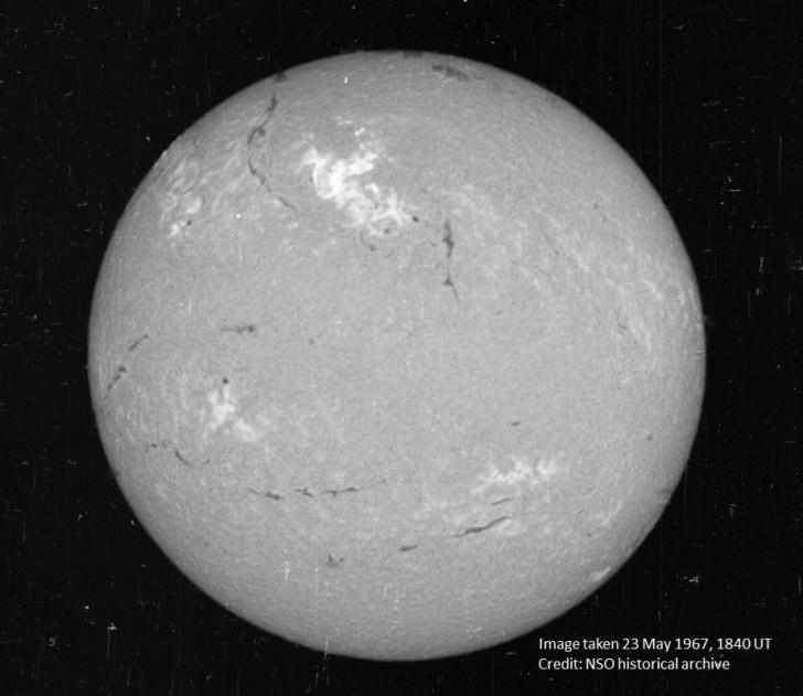 Zdjęcie słońca wykonane 23 maja 1967 roku. Źródło: NSO