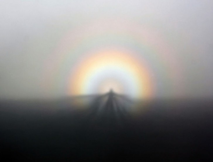 785px-solar_glory_and_spectre_of_the_brocken_from_ggb_on_07-05-2011