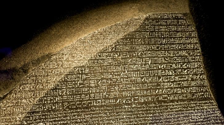 Kamień z Rosetty - obelisk, który rozwiązał tajemnicę egipskich hieroglifów