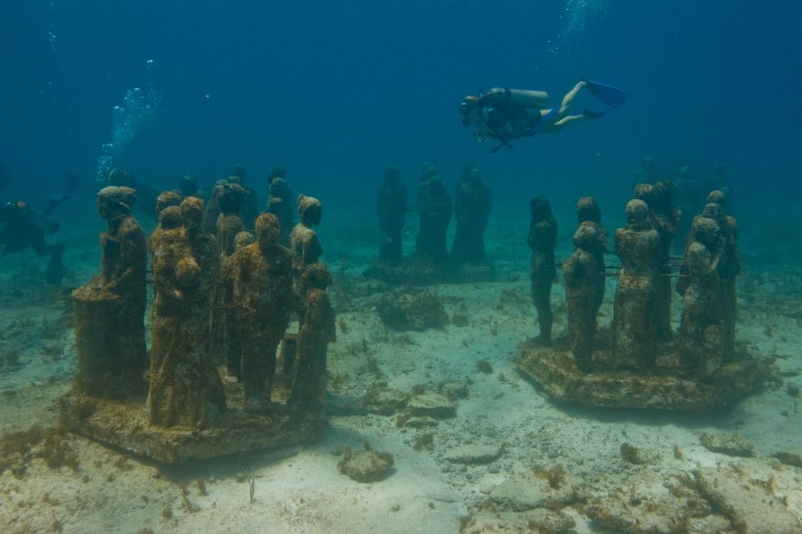 silent-evolution-ii-jason-decaires-taylor-underwater-sculpture