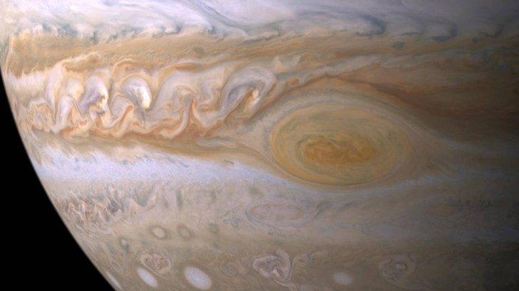 Wielka Czerwona Plama – ogromny stały antycyklon od co najmniej 352 lat wiejący na Jowiszu. Źródło: wikimedia.