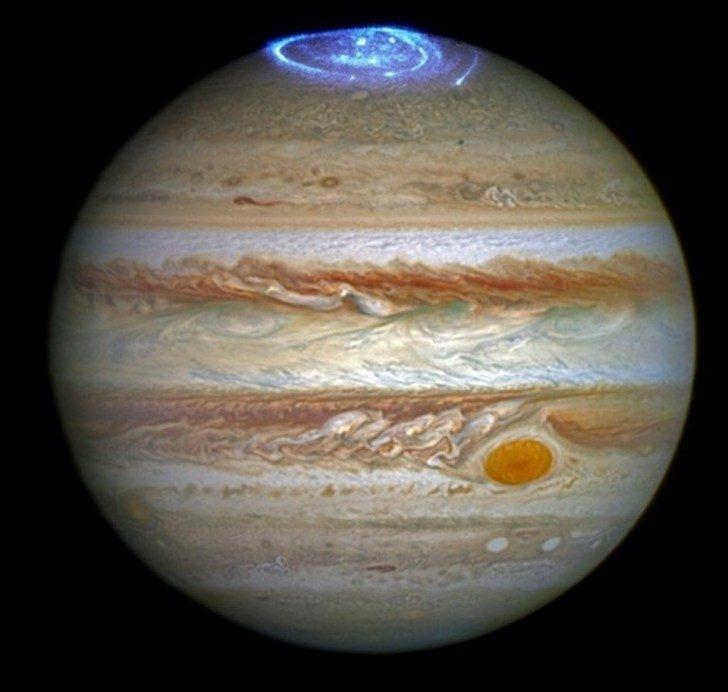 Zorza polarna na Jowiszu uchwycona przez teleskop Hubble'a. Źródło: NASA, ESA, and J. Nichols (University of Leicester).