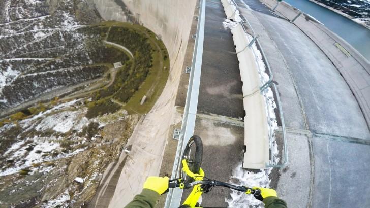 Niebezpieczny wyczyn - rowerzysta przejechał po 200 metrowej tamie