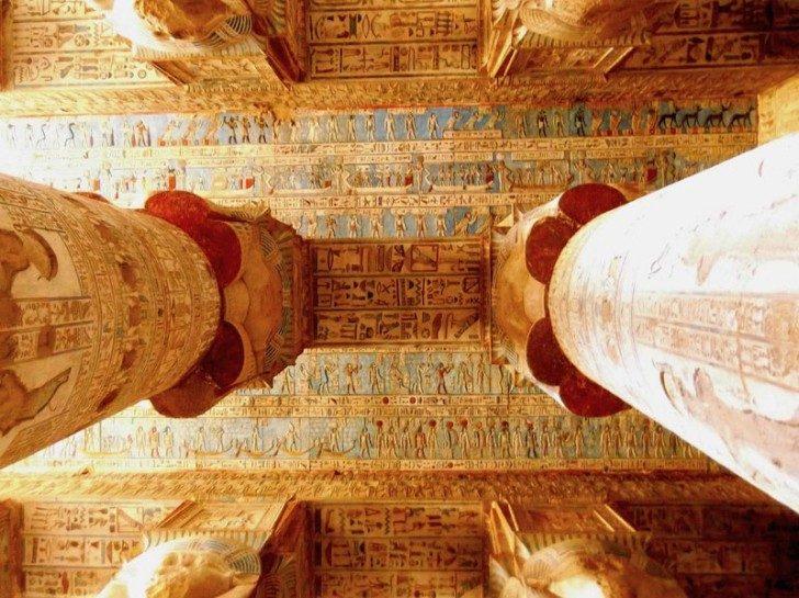 """To niesłychanie dobrze zachowanemalowidło na suficie znajduje się w egipskiej Świątyni Hator. Jest to główny obiekt w kompleksie świątynnym Dendera. Budowa świątyni Hatortrwała ponad 30 lat. Rozpoczął ją Ptolemeusz XII, a kontynuowała jego następczyni królowa Kleopatra VII. W chwili jej śmierci, w roku 30 p.n.e. rozpoczynano właśnie dekorowanie wnętrz. Dla cywilizacji zachodniej świątynię """"odkryli""""uczeni wysłani przezNapoleona, na przełomie XVIII i XIX wieku.Gdy pierwszy raz odwiedzili to miejsce, znaleźli wielowiekową arabską wioskę założonąwewnątrz wielkiej świątyni. Od gotowania i ognia na przestrzeni wielu lat, sufit sczerniał. Pod warstwą sadzy zachowało się jednak niezwykłe malowidło pokrywające cały sufit. Po renowacjach, które w ostatnim czasie miały miejsce, można podziwiać jego niezwykłe kolory. Aż trudno uwierzyć, że ma ono ponad 2000 lat. Sklepienie jest ozdobione złożonąi starannie uporządkowanąsymboliczną mapą nieba znakami zodiaku (wprowadzonymi przez Rzymian) oraz podobiznami Nut - bogini nieba, która co wieczór połyka słońce, bo urodzić je o świcie."""