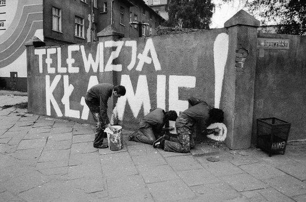 """""""Telewizja kłamie """" - hasła na murach Gdańska, wrzesień 1981."""