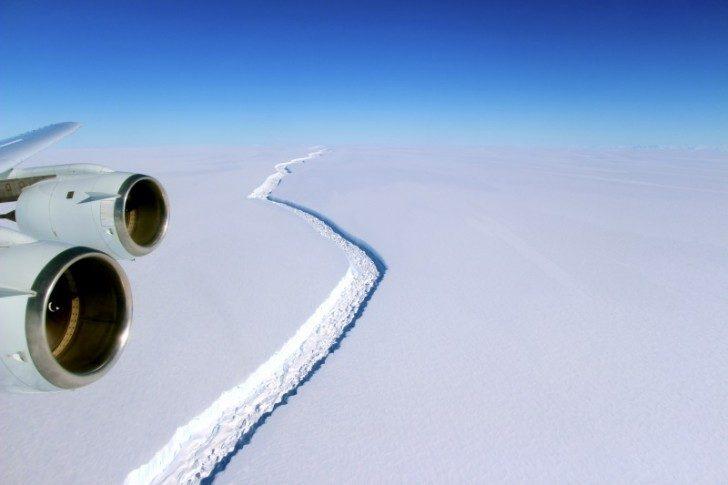 Największa góra lodowa w historii może wkrótce oderwać się od Antarktydy!