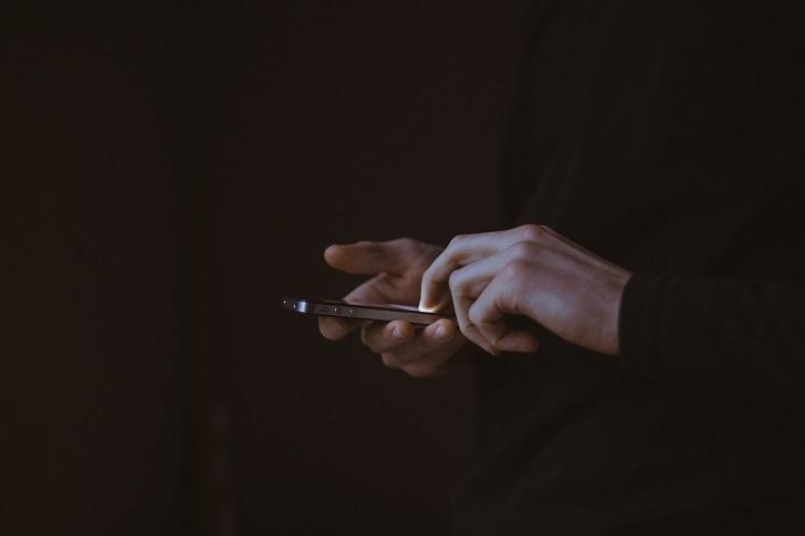 Jak hakerzy mogą szpiegować nas przez telefony