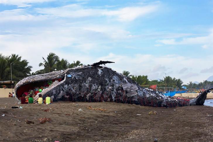 Martwy wieloryb sposobem na plastikowe odpady