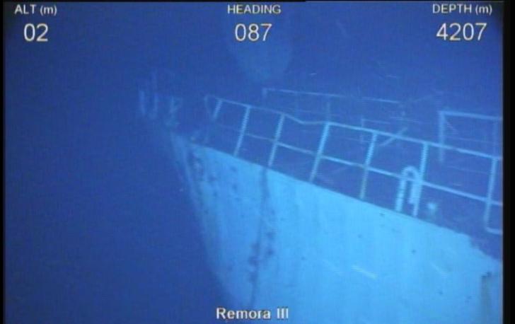 Na zdjęciu znajduje się wrak statku na głębokości 4207 metrów. Widoczny jest fragment metalowego kadłuba oraz barierki.
