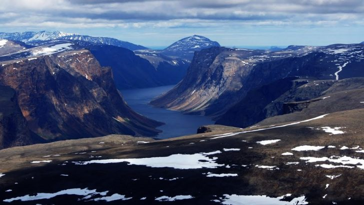 Na zdjęciu widoczny Saglek Fjord - olbrzymi nadmorski klif znajdujący się na jednej z wysp północno-wschodniej Kanady. Skalisty teren pokrywa jedynie niska roślinność - trawy, mchy, porosty.