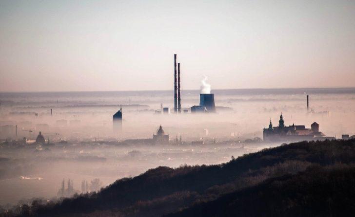 Na zdjęciu widoczna spowita w smogu panorama Krakowa.