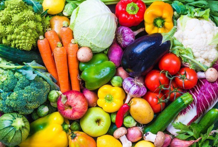 Na zdjęciu widoczne różne rodzaje warzyw i owoców.
