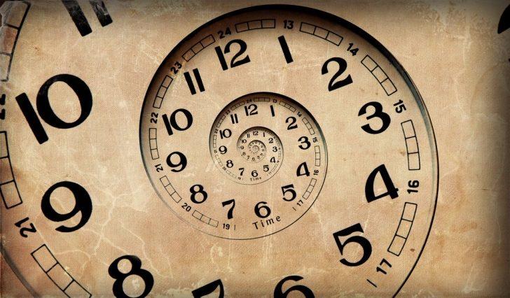Zdjęcie przedstawia cofający się zegar.