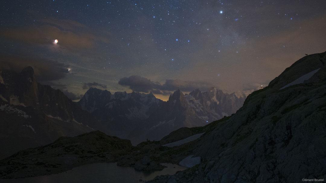Księżyc w zaćmieniu i Mars nad górami