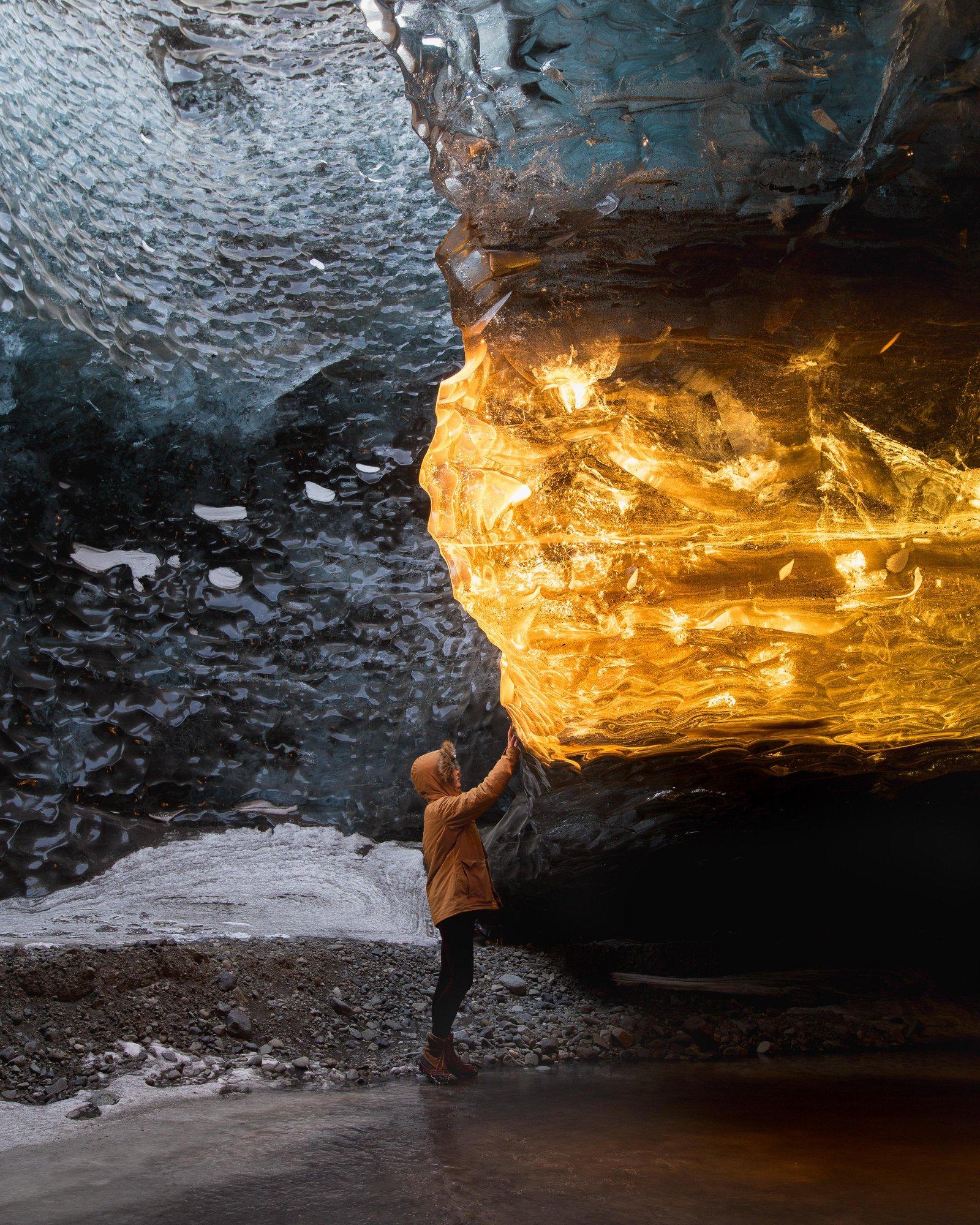 Zachód słońca w lodowej jaskini na Islandii