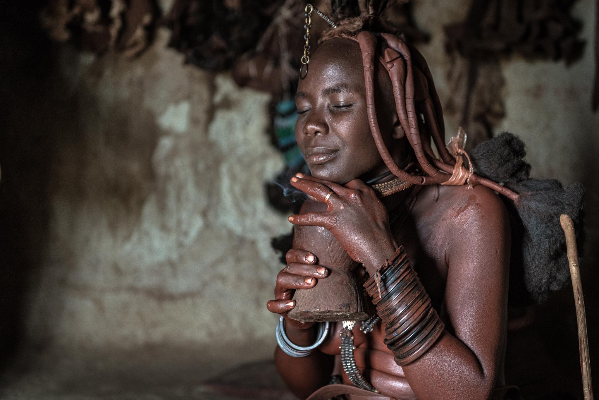 Kobieta Himba podczas codziennej toalety