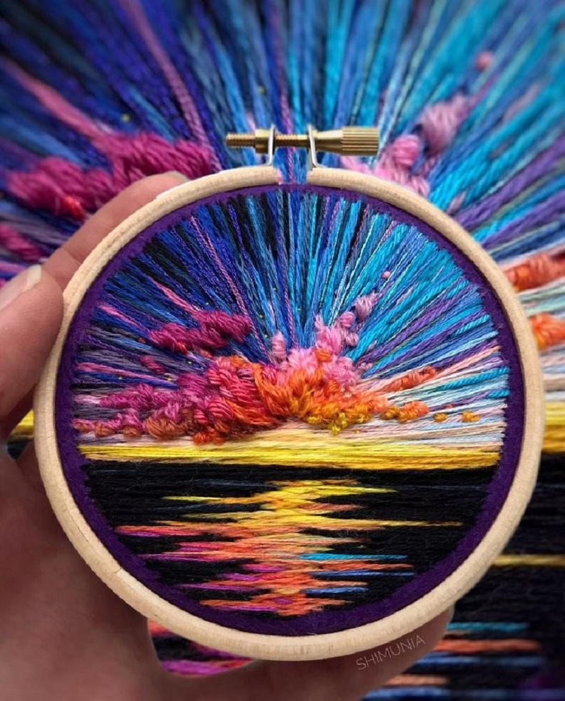 Kreatywna artystka maluje haftami
