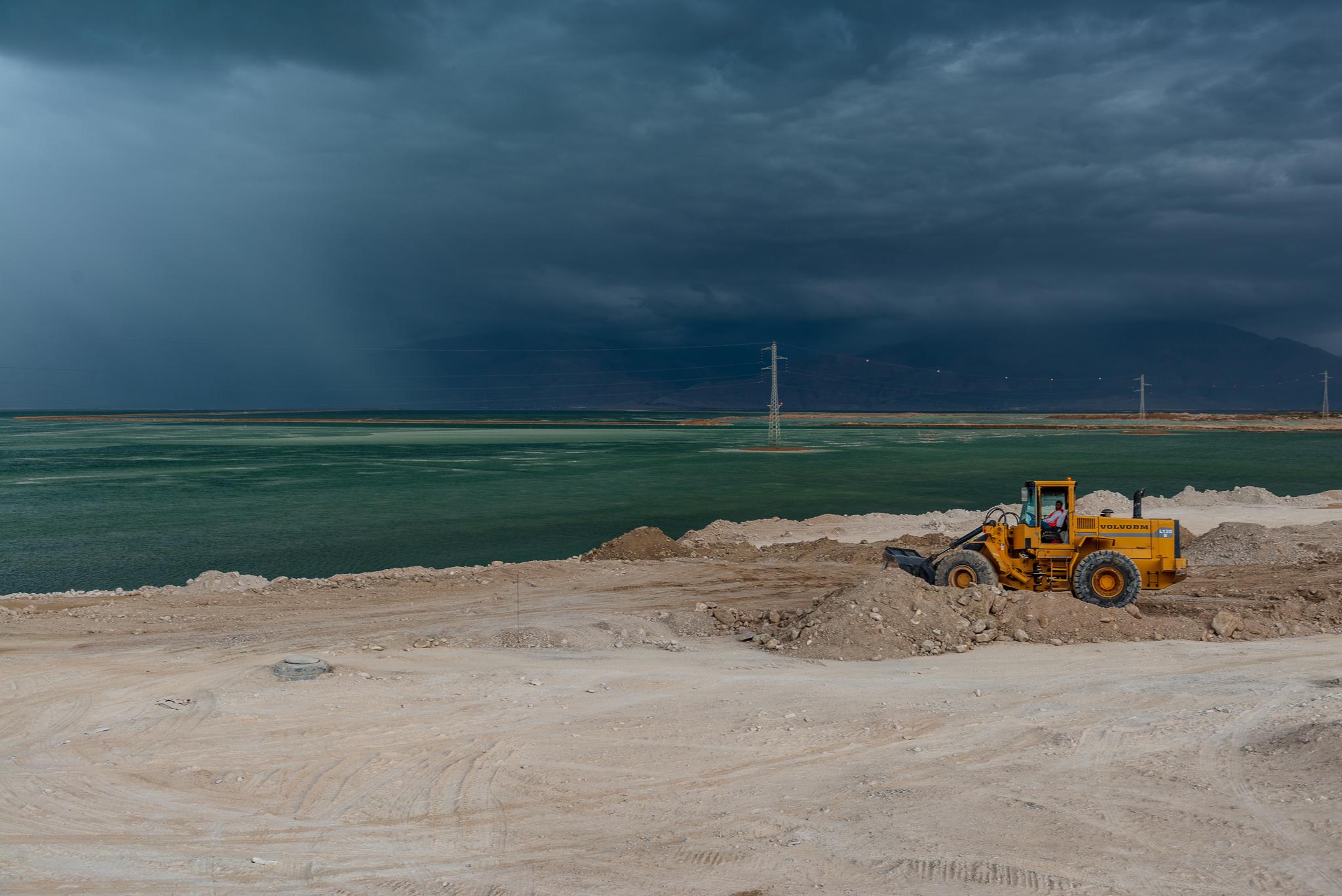 Żółty spychacz nad Morzem Martwym